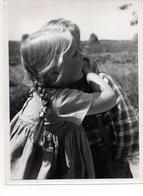 C2813/ Kinder Umarmen Sich   Foto Ca.1950-55  24 X 18 Cm   Pressefoto - Oude Documenten