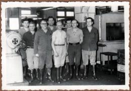 Photo Originale Ouvriers D'Usine Et Bons Travailleurs Posant Dans Leurs Bottes De Caoutchouc Vers 1940/50 - Mestieri