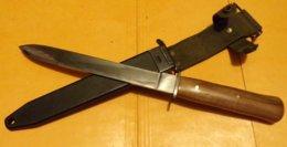 COUTEAU DE CHASSE AVEC UN ETUI DE BAIONNETTE POUR LE PORT AU CEINTURON   , EN  BON ETAT VOIR PHOTOS  . - Knives/Swords