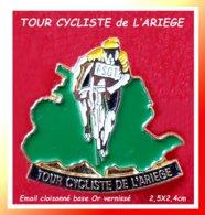 SUPER PIN'S CYCLISTE : TOUR De L'ARIEGE Sur Carte Département (09) Occitanie, émail Cloisonné Base Or, Format 2,5X2,4cm - Ciclismo