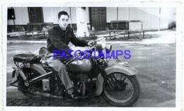 122545 ARGENTINA MOTORCYCLE MOTO & MAN DAMAGED PHOTO NO POSTAL POSTCARD - Argentinien