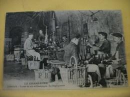51 7910 CPA 1918 - LA CHAMPAGNE. EPERNAY. TRAVAIL DU VIN DE CHAMPAGNE. LE DEGORGEMENT - ANIMATION - Epernay