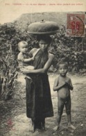 TONKIN  La Vie Aux Champs Jeune Mère ^portant Son Enfant à Coté Petit Garcon Nu + Timbre 15 Surcharhé 05 Indovhine  RV - Vietnam