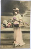 (1444) Lief Meisje Draagt Een Lang Roze Kleed - Bloemenmanden - Portraits