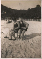 PIN UP Flapper WOMEN FEMMES S Nudes Nus In Swimsuit Coiffure Hair Style By The Beach - Photo Snapshot 8x6cm 1920' - Pin-Ups