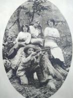 Photographie Ancienne - Jeunes Femmes Et Jeune Garçon Avec Fusil De Chasse - TBE - Antiche (ante 1900)