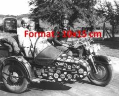 Reproduction D'une Photographie Ancienne D'une Mère à Moto Avec Ses Deux Enfants Dans Le Side-car Couvert D'autocollants - Reproductions