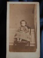 Photo CDV  Domergue à Agen  Jolie Fillette Assise  Jupe à Carreaux  Sec. Empire  CA 1865 - L470B - Photos
