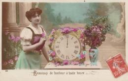 """61.TOUROUVRE (A DESTINATION DE). CARTE FANTAISIE. FEMME ET PENDULE """" BEAUCOUP DE BONHEUR A TOUTE HEURE""""  .ANNÉE 1909 - Año Nuevo"""