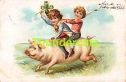 CPA EN RELIEF GAUFREE ENFANT ENFANTS  EMBOSSED CARD CHILD CHILDREN COCHON PIG ( PLI - CREASE ) - Dessins D'enfants