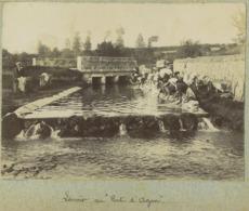 """Agon-Coutainville Circa 1900. Lavoir Au """" Pont D'Agon """". Femmes Avec Coiffe. Manche. Normandie. - Lieux"""