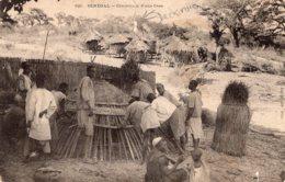 """B58767 Cpa Sénégal - Confection D'une Case """" En L'état Déchirure """" - Senegal"""