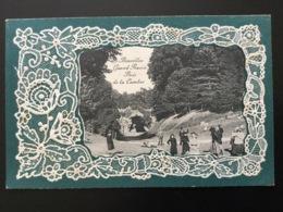 CPA De Juillet 1912 Carte Gaufrée Façon Dentelle Bruxelles Grand Ravin Bois De La Cambre Nombreux Promeneurs - Forêts, Parcs, Jardins