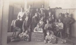 AK Foto Deutsche Soldaten Auf Der Stube - Erinnerung An Die Rekrutenzeit - Stahlhelm Putzzeug Gewehr - 1. WK (44623) - Guerre 1914-18
