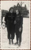 Carte Photo Originale De 2 Pin-Up Adolescentes Sur Leurs Patins à Glace Sur Hamburg 1. & Construction En A.P. 1930/40 - Pin-ups