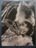 MISTINGUETT - RARE : 1945 - AUTOGRAPHE AUTHENTIQUE - HARCOURT - RECITAL AU THEATRE DE L'ETOILE - PHOTO 17,5 X 23,5 - Autogramme & Autographen
