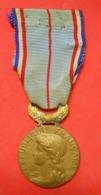 1892 Médaille Décoration Pendante Grand Prix Humanitaire De France Et Son Ruban Dans Son Jus à Nettoyer - France