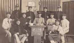 AK Foto Gruppe Deutsche Soldaten Beim Stubendienst - Stube 143 3./78. - Pickelhaube Säbel Pfeife Putzzeug - 1914 (44633) - Guerre 1914-18