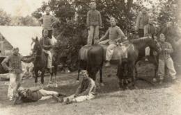CPA 2817 - MILITARIA - Carte Photo Militaire - Cavalerie - Un Groupe De Chasseurs à GUER ( Camp De COËTQUIDAN ) - Personnages