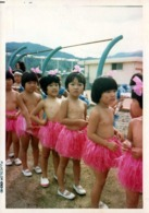 Photo Originale 日本 Ishfi Japon - Amusante Photo De Jeunes Ecolières Japonaises En Jupe Hawaienne Hula Rose En 1980 - Personnes Anonymes