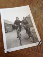 ZWEI CHARMANTE DAMEN FROEHLICH AUF FAHRRAEDERN - 1920/30er - Ciclismo