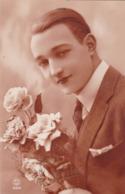 Un Beau Jeune Homme Avec Des Fleurs (23) - Men