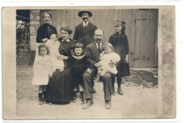 TRES JOLIE CARTE-PHOTO FAMILIALE DEVANT UNE GRANGE OU UNE ECURIE NON SITUEE . CARTE NON ECRITE - Couples