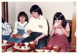 Photo Couleur Originale 日本 Ishfi Japon - Jeunes Japonaises à L'heure Du Repas Vers 1980 - Anonyme Personen