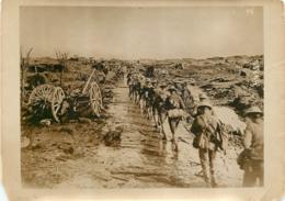 GRANDE PHOTO ORIGINALE AGENCE SYRAL  SUR LE FRONT ANGLAIS SOLDATS MONTANT AUX TRANCHEES FORMAT  17 X 13 CM - Oorlog, Militair
