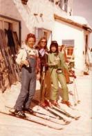 Photo Couleur Originale Sports D'Hiver Entre Copains & Copines Vers 1970 - Combinaisons à La Mode Et Vin Chaud - Personnes Anonymes