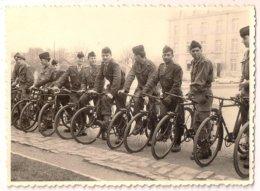 Laval Soldat En Vélo 38 RIT Régiment D'Instruction Des Transmissions Sur L'aérodrome 1961 - Laval