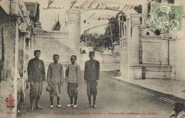 CAMBODGE  Phnom Penh Femme Groupe De Gardiens Du Palais  + Beau Timbre 5C Indochine - Cambodge