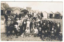 """Carte-photo 1931 / Groupe Sur La Plage De Cayeux (?) / Magasin De """" Nouveautés """" En Arrière Plan - Cayeux Sur Mer"""