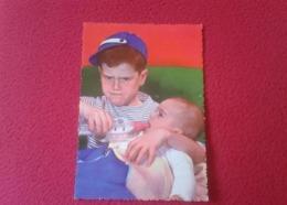 POSTAL POST CARD CARTE POSTALE POSTCARD NIÑO DANDO EL BIBERÓN A BEBÉ. BOYS CHILD CHILDREN FEEDING BOTTLE HUMOR HUMOUR... - Sin Clasificación