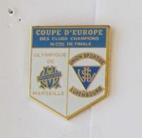 1 Pin's FOOTBALL - COUPE D'EUROPE DES CLUBS CHAMPIONS 16ème DE FINALE OM/US LUXEMBOURG - Calcio