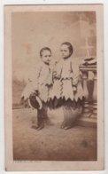 CDV Photo Originale XIXème Petite Fille 2 Soeurs Même Habit Par Franceschi Marseille Cdv2838 - Antiche (ante 1900)