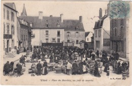 VITRE - Place Du Marchix Un Jour De Marché - Vitre