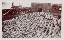 DELHI - NATIVES PRAYING OUTSIDE THE FORT ~ AN OLD REAL PHOTO POSTCARD #98804 - India