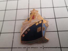919 Pin's Pins : BEAU ET RARE : Thème BATEAUX / SUPERBE PAQUEBOT BLEU BLANC OR - Barcos
