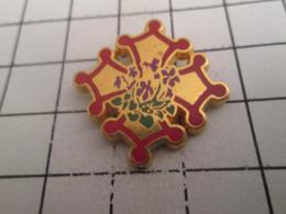 919 Pin's Pins : BEAU ET RARE : Thème AUTRES / LA CROIX OCCITANE + BOUQUET DE VIOLETTES - Pin's