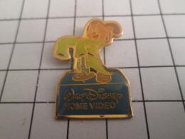 919 Pin's Pins : BEAU ET RARE : Thème DISNEY / HOME VIDEO DESSIN ANIME BLANCHE FESSE ET LES 7 MAINS SIMPLET - Disney
