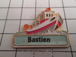 919 Pin's Pins : BEAU ET RARE : Thème BATEAUX / PETIT BATEAU DE PECHE + PRENOM BASTIEN - Barcos