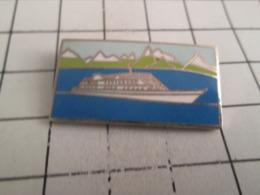 919 Pin's Pins : BEAU ET RARE : Thème BATEAUX / YACHT OU PAQUEBOT De CROISIERE SUR FOND DE MONTAGNE - Barcos