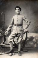 910Cr  Carte Photo Soldat Du 94 Eme Regiment Chasseur Canne De Marche - Uniformen