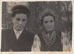 "UKRAINE.  # 2911 PHOTO. ""UKRAINIAN TYPES. NATIONAL COSTUME. EMBROIDERY, BEADS, Wreath. WEDDING. *** - Fotos"