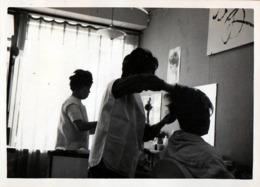Photo Originale Asie & Japon 日本 - Rendez-Vous Chez Le Coiffure Pour Un Défrisage & Chignon Vers 1960/70 - Professions