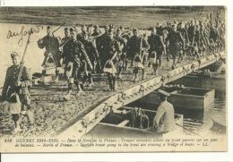 59 - GUERRE 1914-1915 / DANS LE NORD DE LA FRANCE - TROUPES ECOSSAISES SUR PONT DE BATEAUX - Non Classés