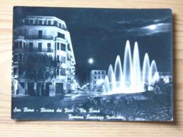 Im1321)  San Remo - Via Roma - Fontana Luminosa Notturno - Imperia