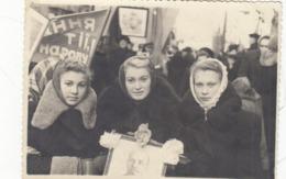 RUSSIA.  # 2992  PHOTO. GIRLS IN THE PARADE. PORTRAIT OF LENIN. Agitation, Propaganda. *** - Photographs