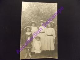 Carte Photo Famille Larassine ( Marseille ) Les Filles En Tenues Avec Les Chapeaux - Généalogie